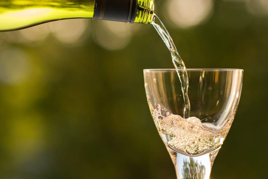 Une vingtaine de vins au verre, de toutes provenances